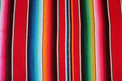 Fondo tradicional mexicano de la fiesta del poncho de la manta de Mayo del cinco de México con las rayas foto de archivo libre de regalías