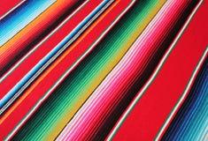 Fondo tradicional mexicano de la fiesta del poncho de la manta de Mayo del cinco de México con las rayas fotografía de archivo libre de regalías