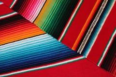 Fondo tradicional mexicano de la fiesta del poncho de la manta de Mayo del cinco de México con las rayas fotografía de archivo