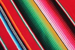Fondo tradicional mexicano de la fiesta del poncho de la manta de Mayo del cinco de México con las rayas Imagen de archivo libre de regalías