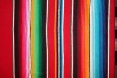 Fondo tradizionale di festa del poncio della coperta del de Mayo di cinco del poncio del fondo messicano del Messico con le bande fotografie stock