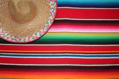 Fondo tradizionale di festa del poncio della coperta del de Mayo di cinco del sombrero messicano del poncio del Messico con le ba immagine stock