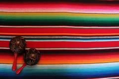 Fondo tradizionale messicano di festa del poncio della coperta del de Mayo di cinco del Messico con le bande