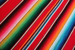 Fondo tradizionale messicano di festa del poncio della coperta del de Mayo di cinco del serape del poncio del Messico con le band Immagini Stock Libere da Diritti