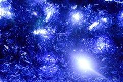 Fondo trasero de las decoraciones de la Navidad, linternas, luces, guirnaldas, lluvias azules Imagenes de archivo