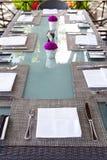 Fondo tropical del verano al aire libre del espacio de la copia del ajuste de la tabla del restaurante Imágenes de archivo libres de regalías