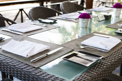 Fondo tropical del verano al aire libre del espacio de la copia del ajuste de la tabla del restaurante Fotografía de archivo