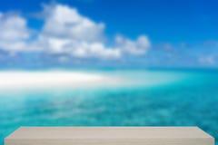Fondo tropicale di defocus del mare e della spiaggia con lo scaffale di legno Immagini Stock Libere da Diritti