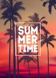 Fondo tropicale di estate con le palme, il cielo ed il tramonto Carta dell'invito dell'aletta di filatoio del manifesto del carte Fotografia Stock