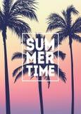 Fondo tropicale di estate con le palme, il cielo ed il tramonto Carta dell'invito dell'aletta di filatoio del manifesto del carte Fotografia Stock Libera da Diritti