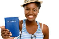 Fondo turístico del blanco del pasaporte de la mujer que se sostiene afroamericana feliz Fotografía de archivo libre de regalías