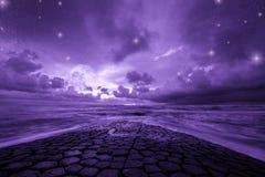 Fondo ultravioletto di fantasia, oceano con cielo notturno fantastico, colore dell'anno 2018 fotografia stock libera da diritti