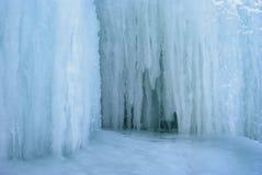 Fondo - una sección del glaciar con los carámbanos imágenes de archivo libres de regalías