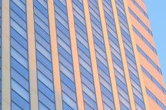 Fondo urbano alto dell'edificio per uffici fotografie stock