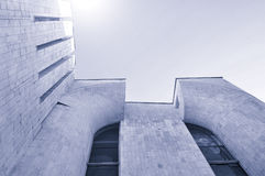 Fondo urbano di architettura - vista dal basso di prospettiva di alta costruzione del calcestruzzo e del vetro Fotografia Stock Libera da Diritti