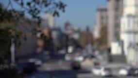 Fondo urbano vago con traffico di automobile sulle vie della città video d archivio