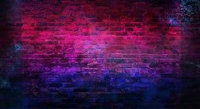 Fondo vacío de la pared de ladrillo vieja, fondo, luz de neón imagen de archivo libre de regalías