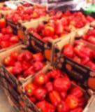 Fondo vago con i baccelli freschi del deposito del supermercato dei peperoni i Fine in su Luci del bokeh della sfuocatura Superme immagine stock