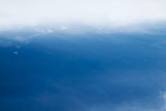 Fondo vago della natura di ciano cielo blu minimo con le nuvole molli nell'ambito del movimento del vento nello stile d'annata Immagini Stock