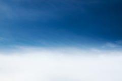 Fondo vago della natura di ciano cielo blu minimo con le nuvole molli nell'ambito del movimento del vento nello stile d'annata Immagine Stock