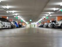 Fondo vago di un parcheggio dell'automobile nel departmentstore Automobile fotografie stock libere da diritti