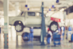 Fondo vago: Gente tailandese che ripara l'automobile in garage Fotografie Stock