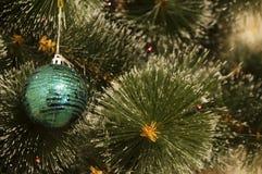 Fondo variopinto con l'albero di Natale decorato Fotografia Stock