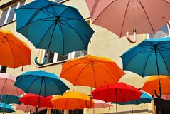 Fondo variopinto degli ombrelli Ombrelli variopinti nel cielo Decorazione della via Fotografie Stock