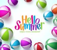 Fondo variopinto dei beach ball di vettore nel bianco con ciao estate Fotografia Stock Libera da Diritti