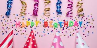 Fondo variopinto di celebrazione con i coriandoli del vario partito e la decorazione della candela Concetto minimo di compleanno  fotografia stock