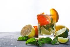 Fondo variopinto di estate con le bevande ed i frutti dell'agrume Immagine Stock Libera da Diritti