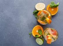 Fondo variopinto di estate con le bevande ed i frutti dell'agrume Fotografia Stock