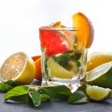 Fondo variopinto di estate con le bevande ed i frutti dell'agrume Immagini Stock Libere da Diritti