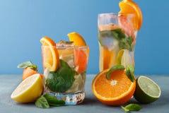 Fondo variopinto di estate con le bevande ed i frutti dell'agrume Fotografie Stock