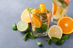 Fondo variopinto di estate con le bevande ed i frutti dell'agrume Immagini Stock