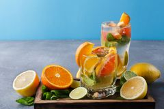Fondo variopinto di estate con le bevande ed i frutti dell'agrume Fotografia Stock Libera da Diritti