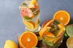 Fondo variopinto di estate con le bevande ed i frutti dell'agrume Fotografie Stock Libere da Diritti