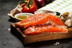 Fondo variopinto saporito dell'alimento con il salmone fresco del pesce crudo ed il Co fotografie stock libere da diritti
