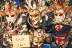 Fondo veneciano hermoso de las máscaras con la inscripción hecha en Italia Tienda de la calle en Venecia Italia al aire libre Con foto de archivo