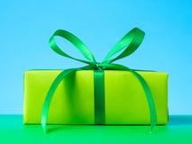 Fondo verde blu dell'arco del raso del contenitore di regalo Fotografia Stock Libera da Diritti