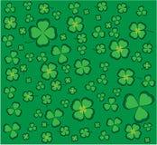 Fondo verde con el trébol Imagenes de archivo