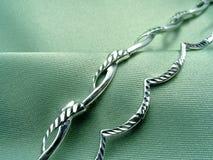 Fondo verde con joyería Fotos de archivo libres de regalías