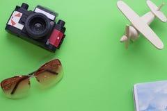 Fondo verde con los artículos que viajan Fotos de archivo libres de regalías