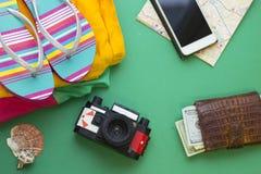 Fondo verde con los artículos que viajan Imágenes de archivo libres de regalías
