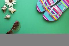 Fondo verde con los artículos que viajan del verano Fotos de archivo
