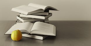 Fondo verde de la manzana y de los libros Imágenes de archivo libres de regalías