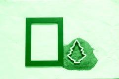 Fondo verde de los días de fiesta, con la arena y la forma del árbol Foto de archivo libre de regalías