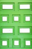 Fondo verde de madera con la casilla blanca Fotografía de archivo