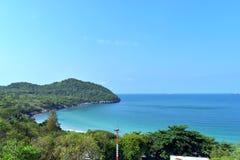 Fondo verde del árbol y del mar en la isla de Sichang Fotos de archivo libres de regalías