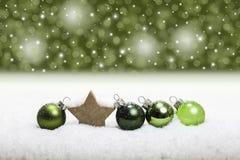 Fondo verde del arreglo de las bolas de la Navidad Fotografía de archivo libre de regalías